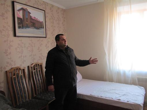 Владелец гостиницы в райцентре Пустомыты под Львовом Андрей Трухан поселил несколько татарских семей, причем бесплатно. Фото: Ольга КУХАРУК.
